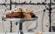 ΠΟΛΙΤΙΚΗ ΚΟΥΖΙΝΑ: Καρυδόπιτα με γλάσο σοκολάτας-ελαιολάδου και ζαχαρωμένα καρύδια