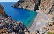 Η υπέροχη κρυμμένη ελληνική παραλία που για να πας πρέπει να διασχίσεις ένα από τα ιστορικότερα φαράγγια της χώρας