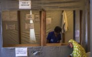 Η Παγκόσμια Τράπεζα έχει τα χρήματα για την καταπολέμηση του Έμπολα, αλλά δεν τα χρησιμοποιεί