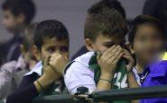 Οπαδοί του Ολυμπιακού διέκοψαν ματς της Α2 – Θλιβερές εικόνες με μικρά παιδιά