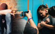 Βίντεο-ντοκουμέντο: Ζώνες, κράνη και ανελέητο ξύλο σε σχολική αίθουσα