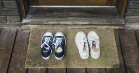 Κορονοϊός: Γιατί πρέπει να αφήνεις τα παπούτσια έξω από το σπίτι