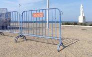 Με 400 κιγκλιδώματα και σχοινί κλείνει από σήμερα η Νέα Παραλία