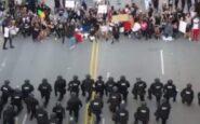 ΗΠΑ: Αστυνομικοί στη Βόρεια Καρολίνα γονατίζουν μπροστά σε διαδηλωτές