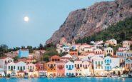 Ελληνικό νησί ρίχνει τις τιμές του κατά 50% και βάζει δωρεάν πλοίο