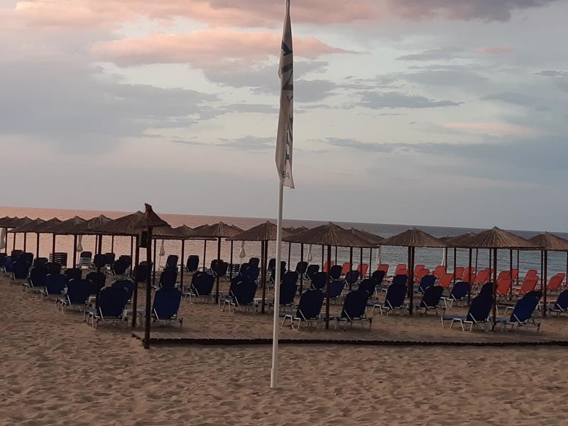 Χαλκιδική: Άδειες ξαπλώστρες, αγνώριστες παραλίες – Λουκέτα σε ...