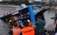 Tραγωδία: Τουλάχιστον 21 μαθητές έχασαν τη ζωή τους αφού το λεωφορείο που τους μετέφερε έπεσε σε τεχνητή λίμνη