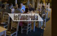 Απίστευτο: Ο περιφερειάρχης Τζιτζικώστας τρώει αμέριμνος σε ταβέρνα στους Παξούς μετά τις 12, παρά τα μέτρα [εικόνες]