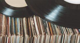 Για πρώτη φορά από το 1986 oι πωλήσεις δίσκων βινυλίου ξεπέρασαν αυτές των CD