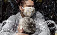 Κορονοϊός: Η συγκλονιστική εικόνα της πρώτης αγκαλιάς, φωτογραφίας της χρονιάς