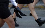 Μαθήτρια παρέλασε ξυπόλυτη – Κρατούσε τις γόβες στο χέρι